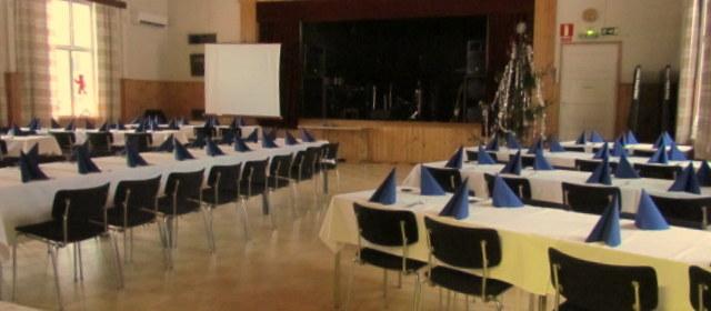 Hääpaikka ja juhlapaikka on varustettu salilla jonne mahtuu jopa 180 henkilö tai 120 henkilöä pöytiin